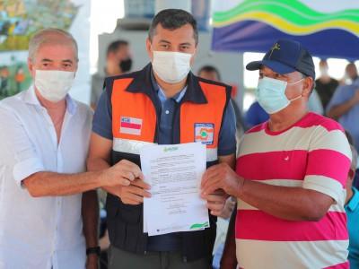 Governador Wilson Lima leva Auxílio Estadual Enchente para população de Careiro da Várzea